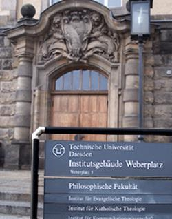 Eingang des Institutsgebäudes am Weberplatz des Instituts für Evangelische Theologie Dresden